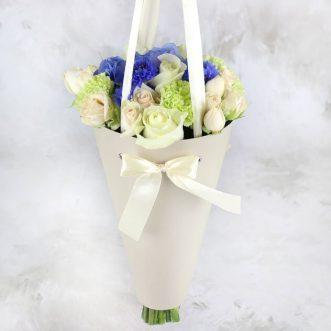 Розы и гвоздики в конусе «Дакота»
