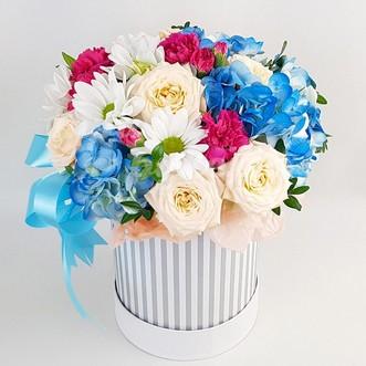 Гортензии и розы в коробке