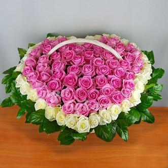 Розовые и белые розы в корзине
