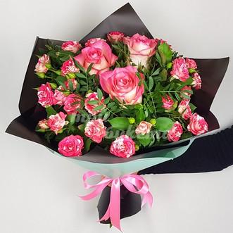 Розовые розы в крафте