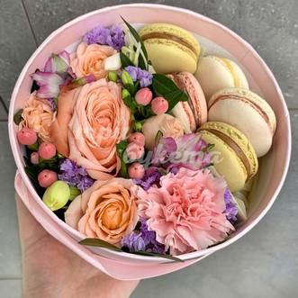 5 макарун с розами и гвоздиками