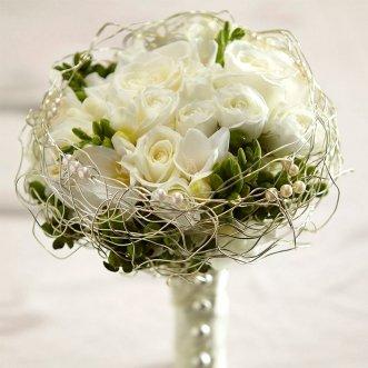 Букет невесты из белых роз и фрезий «Магия дня»