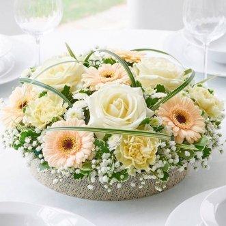Композиция из белых роз и гербер