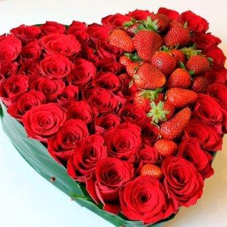Композиция с клубникой и розами