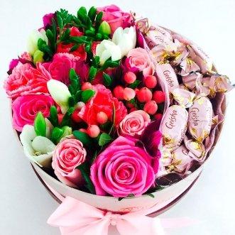 Композиция с конфетами и розами