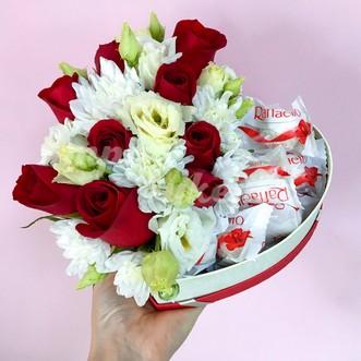 Композиция с Raffaello, розами и фрезией