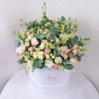 Розы и эустомы в коробке