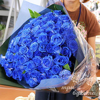 101 синяя роза в крафте 70 см