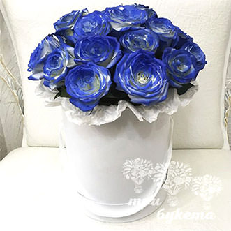 17 бело-синих роз в коробке
