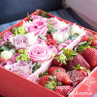 Композиция из клубники и цветов