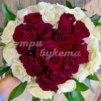 Букет из 31 розы в виде сердца